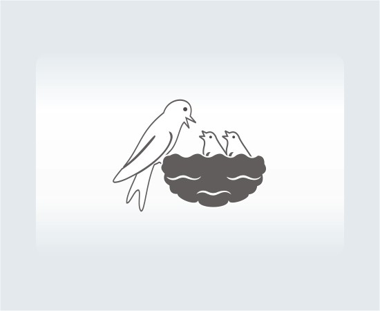 Ласточка, кормящая птенцов в