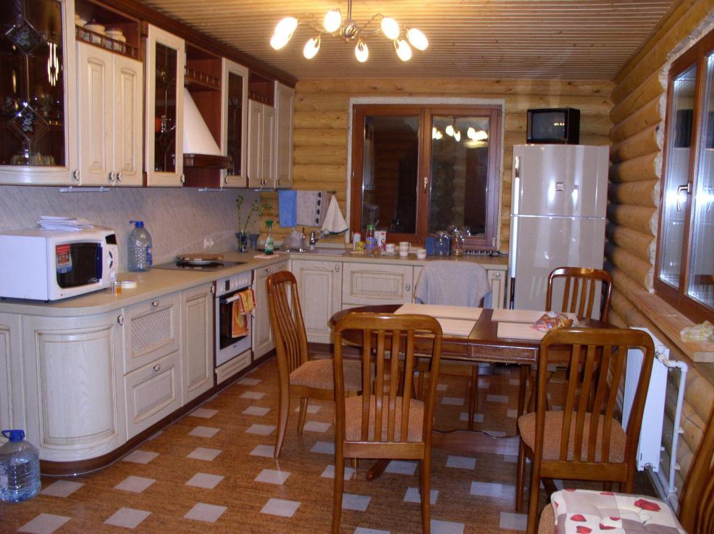 Кухня в бревенчатом доме дизайн фото