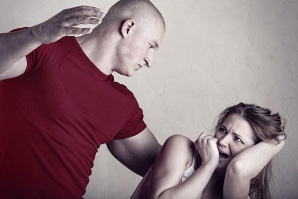 Мужчина шлепает девушку фото